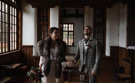 радостные жених и невеста