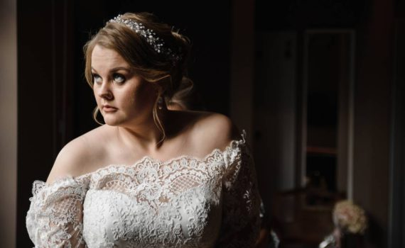 сборы невесты в тёмной комнате