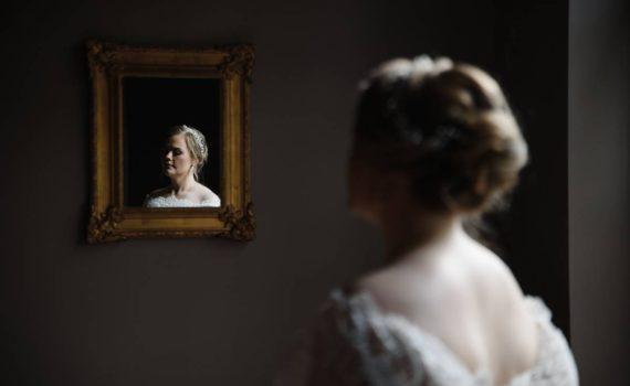 сборы невесты в тёмной комнате отражение в зеркале