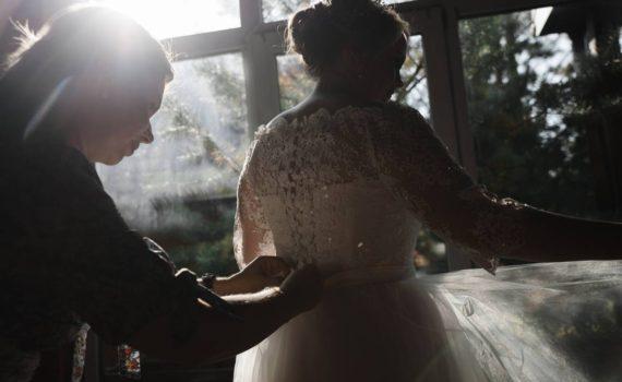 сборы невесты красивый контровой свет