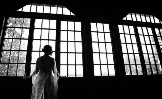 невеста перед окном геометрия