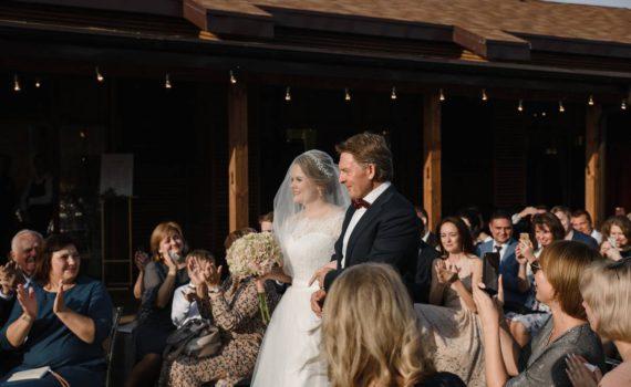 свадьба в art village отец ведёт дочь на церемонию