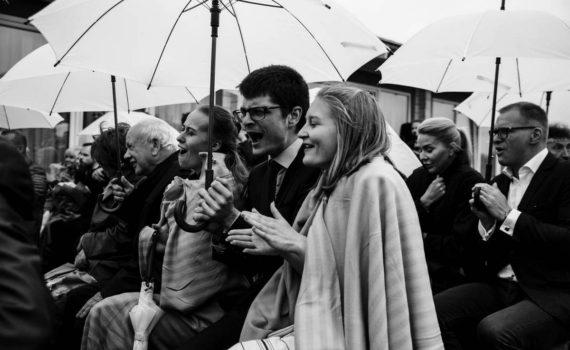 гости на свадьбе радуются
