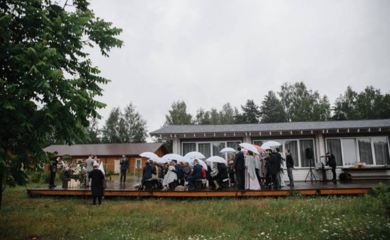 церемония на свадьбе за городом