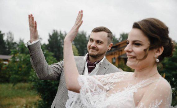 церемония на свадьбе за городом показывают кольца
