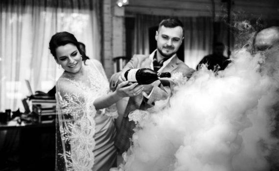 жених и невеста наливают шампанское в пирамиде