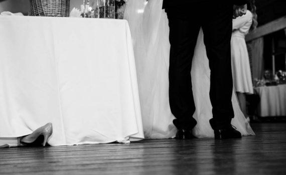свадьба репортажный момент туфля