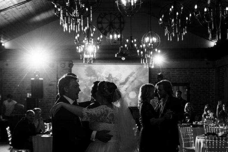 свадьба гости танцуют отец и дочь