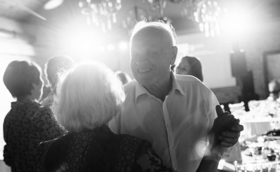 свадьба танцуют пожилая пара