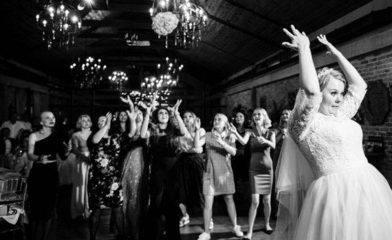бросок букета свадьба в art village