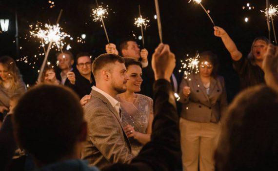 бенгальские огни на свадьбе жених и невеста