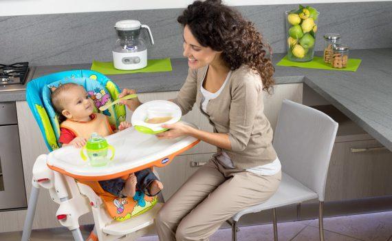 фотосессия ребенка на год в детском стульчике дома