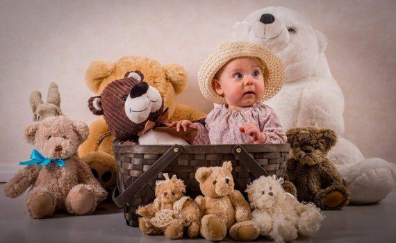 фотосессия ребенка на год дома с игрушками