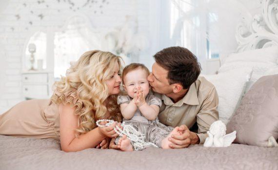 семейная фотосессия ребенка на год дома