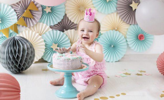 фотосессия ребенка на год с праздничным тортом дома