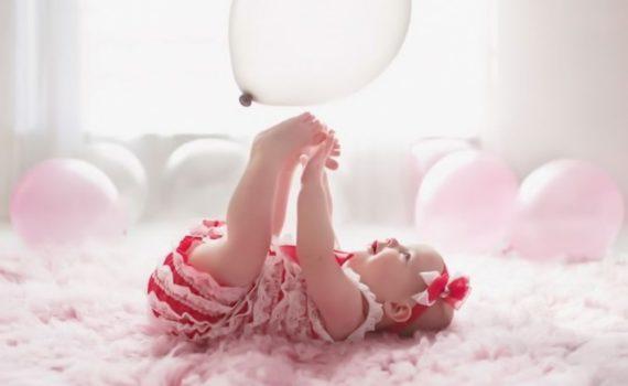 фотосессия ребенка на год дома с воздушным шаром