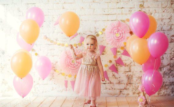 фотосессия годовалого ребенка с воздушным шаром дома