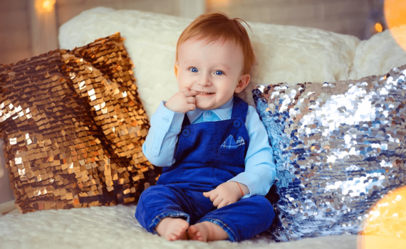 фотосессия ребенка на год дома в кресле