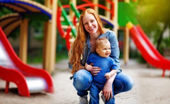 семейная фотосессия на детский площадке ребенка на год