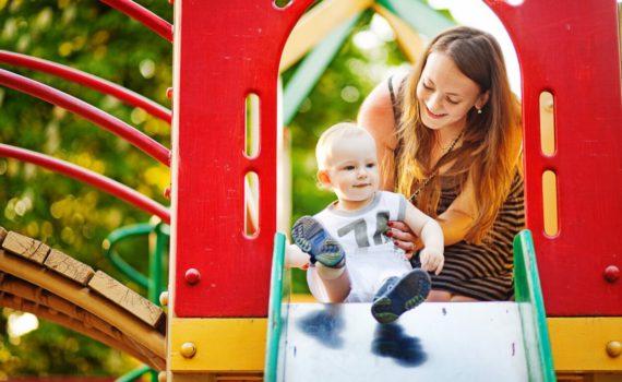 фотосессия ребенка на детской площадке на год на природе