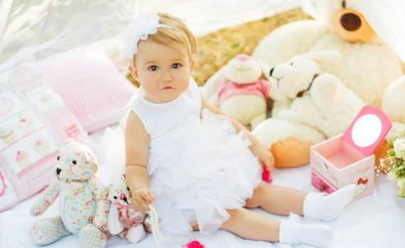 фотосессия ребенка на год на улице с игрушками