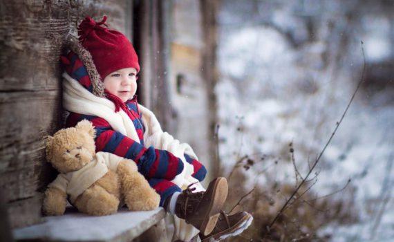зимой фотосессия ребенка на год с игрушками на улице