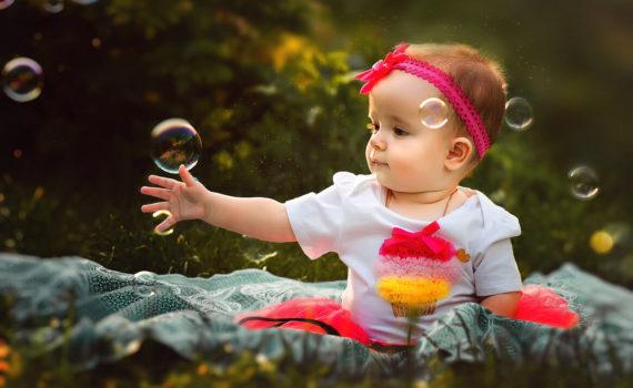фотосессия ребенка на год на природе с мыльными пузырями