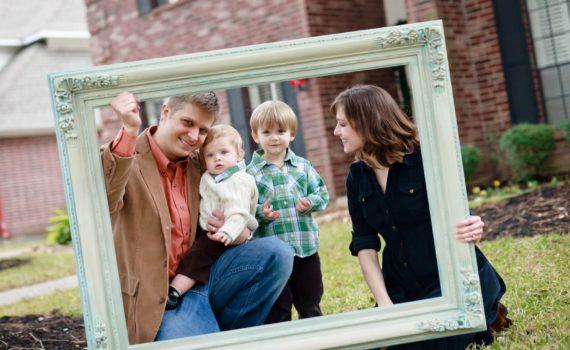 семейная фотосессия в рамке с годовалым ребенком