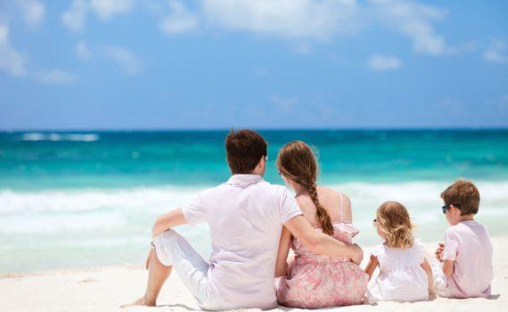 на берегу семейная фотосессия на море