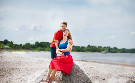 семейная фотосессия на море на камнях