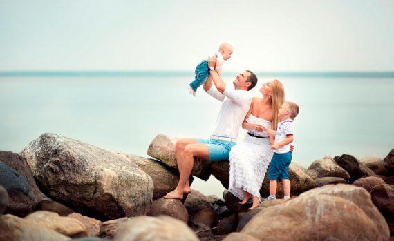 на камнях семейная фотосессия на море