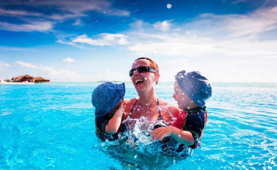 в воде семейная фотосессия на море
