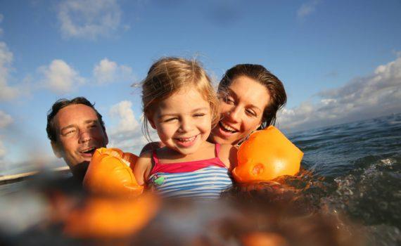 семейная фотосессия на море в воде