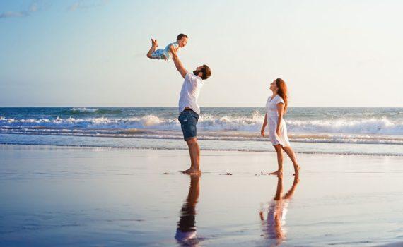 семейная фотосессия на море на руках у родителей