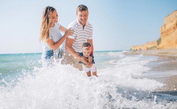 на руках у родителей семейная фотосессия на море