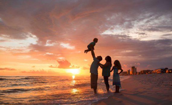 семейная фотосессия на море на закате