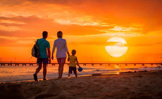 на закате семейная фотосессия на море