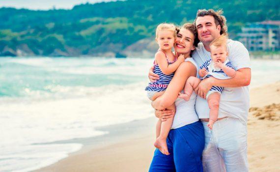 семейная фотосессия на море объятия