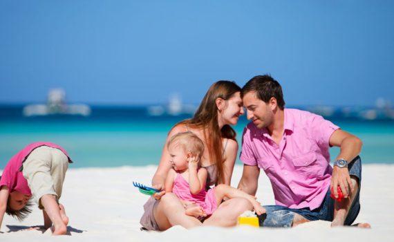фотосессия семьи на море фокус переднего плана