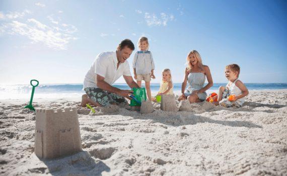 фотосесессия семьи на море песочный замок