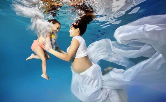 семейная фотосессия на море под водой