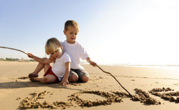 семейная фотосессия на море рисунки на песке