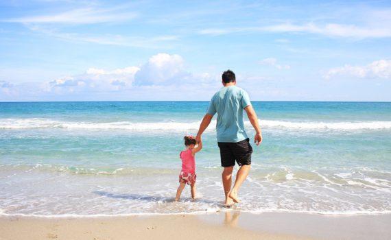 семейная фотосессия с отцом на море