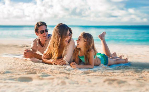 семейная фотосессия на море на пледе