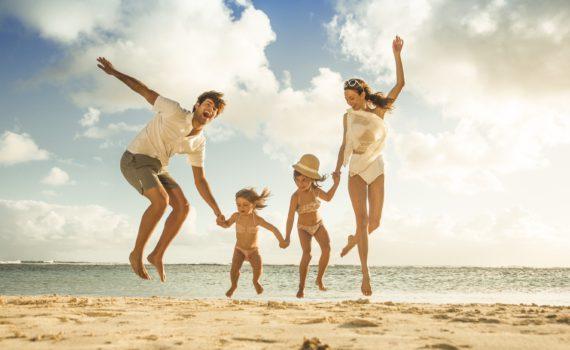 на море в прыжке семейная фотосессия