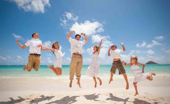 семейная фотосессия в прыжке на море