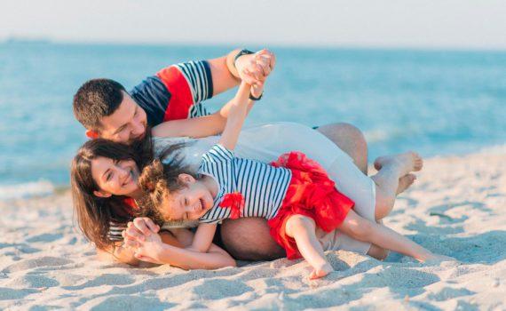 в тематических костюмах семейная фотосессия на море