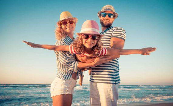 семейная фотосессия на море в тематических костюмах