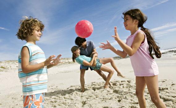 семейная фотосессия на море во время игр на пляже