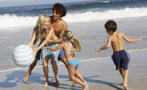 во время игр на пляже семейная фотсоессия на море